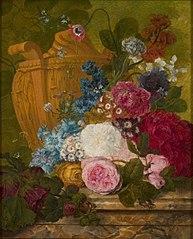 Een vaas met bloemen op een marmeren blad