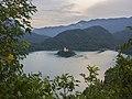 Jezero Bled s ostrovem a kostelem.jpg
