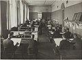 Käsivarapiirustuksen opetustilanne, opettaja Rafael Blomstedt, 1920-luku. Taideteollisuuskeskuskoulun opetustilanteita.-TaiKV-07-025.jpg