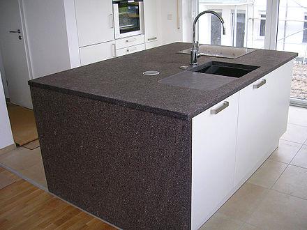Küchenarbeitsplatte auf einer kücheninsel aus einem rhyolith ein hartgestein die senkrechte vorne abgebildete