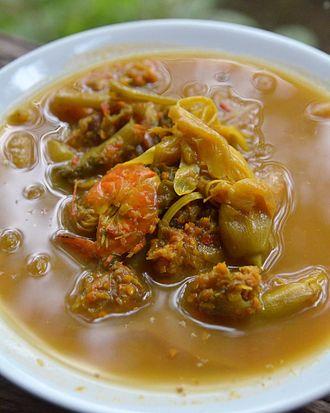 Kaeng som - Kaeng som kung dok khae is a version with shrimps and dok khae, the flowers of the Sesbania grandiflora