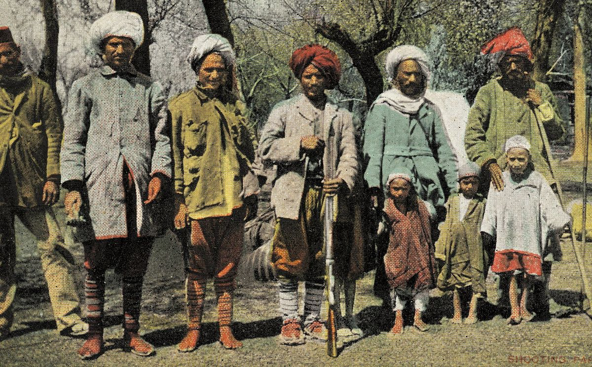 https://upload.wikimedia.org/wikipedia/commons/thumb/3/38/Kashmiri_people_early_1900.jpg/1200px-Kashmiri_people_early_1900.jpg