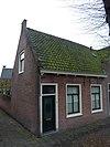 foto van Laag huis met lijstgevel