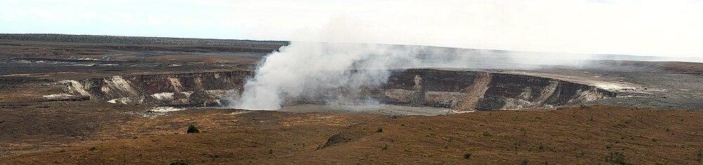 https://upload.wikimedia.org/wikipedia/commons/thumb/3/38/Kilauea_Volcano_at_Hilo.jpg/1000px-Kilauea_Volcano_at_Hilo.jpg