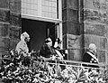 Koningin Wilhelmina met prinses Juliana, prins Bernhard en burgemeester De Vlugt, Bestanddeelnr 012-0039.jpg