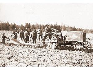 Gustaf Wrede - Kullervo tractor ploughing.