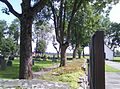 Kyrkogården vid Holms kyrka med godståg i bakgrunden02.jpg