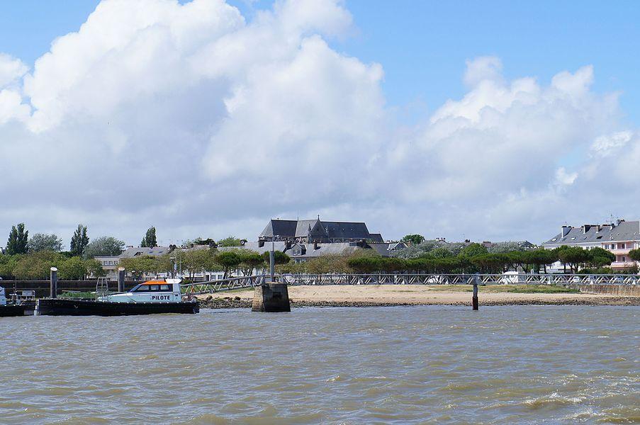 Le port de Saint-Nazaire avec en arrière plan l'église Saint-Nazaire