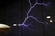 Scarica prodotta da una macchina ad alta tensione chiamata Tesla-Coil