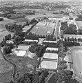 Luchtopname. Sportcomplex Eindhoven (zwembaden, tennisvelden, atletiekbaan - NA - 168-0495.jpg