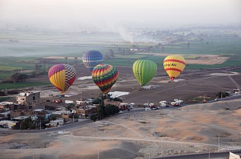 English: Hot air balloons near Luxor, Egypt