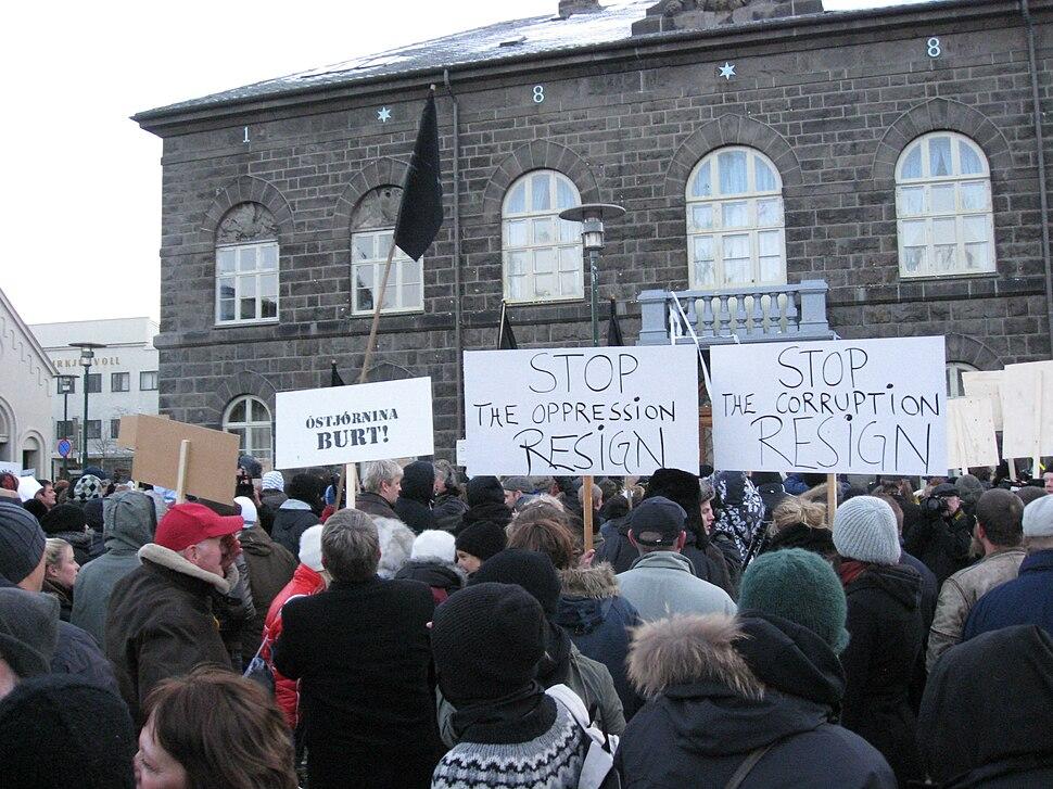 Mótmælendur við Alþingishúsið