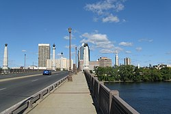 Memorial Bridge entering Springfield MA.jpg
