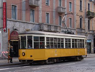 Azienda Trasporti Milanesi - A Class 1500 streetcar on line 29 (now discontinued) in Corso Colombo, restored to the original 1920s white-and-yellow livery.