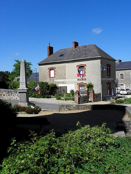 Mairie et monument aux morts de Montflours (53).