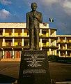 Monumento a Grantley Adams frente a las oficinas del Primer Ministro (Bridgetown)..jpg