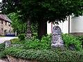Ořech, socha a Husova mohyla u kostela.jpg