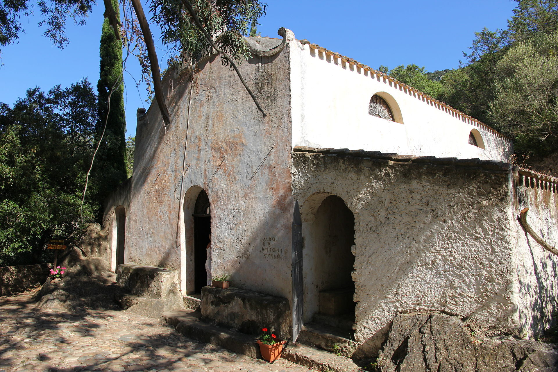 Oliena - Chiesa di Nostra Signora della Pietà (02).JPG