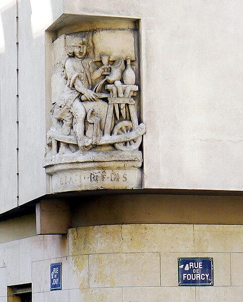 Fichier:P1020554 Paris IV Rue de Fourcy Bas-relief rwk.JPG