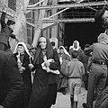 Paasviering. Vrouwelijke gelovigen met hun kaarsen in de hand verlaten de Heilig, Bestanddeelnr 255-5250.jpg