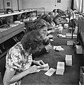 Pakketten bankbiljetten worden geteld, Bestanddeelnr 900-7788.jpg
