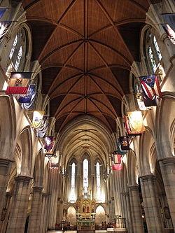Bildo de la impona gotika interno de la amerika Katedralo en Parizo