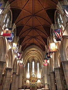 Ein Bild des beeindruckenden gotischen Innenraums der amerikanischen Kathedrale in Paris