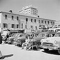 Parkeerplaats met broodverkopers in Beiroet, Bestanddeelnr 255-6252.jpg