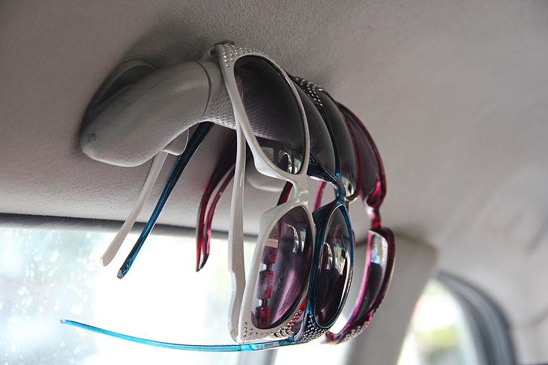 משקפי שמש ברכב