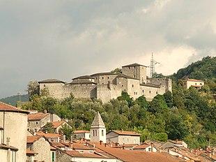 Sullo sfondo il castello del Piagnaro