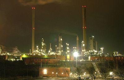 Preemrafs raffinaderi i Lysekil på natten