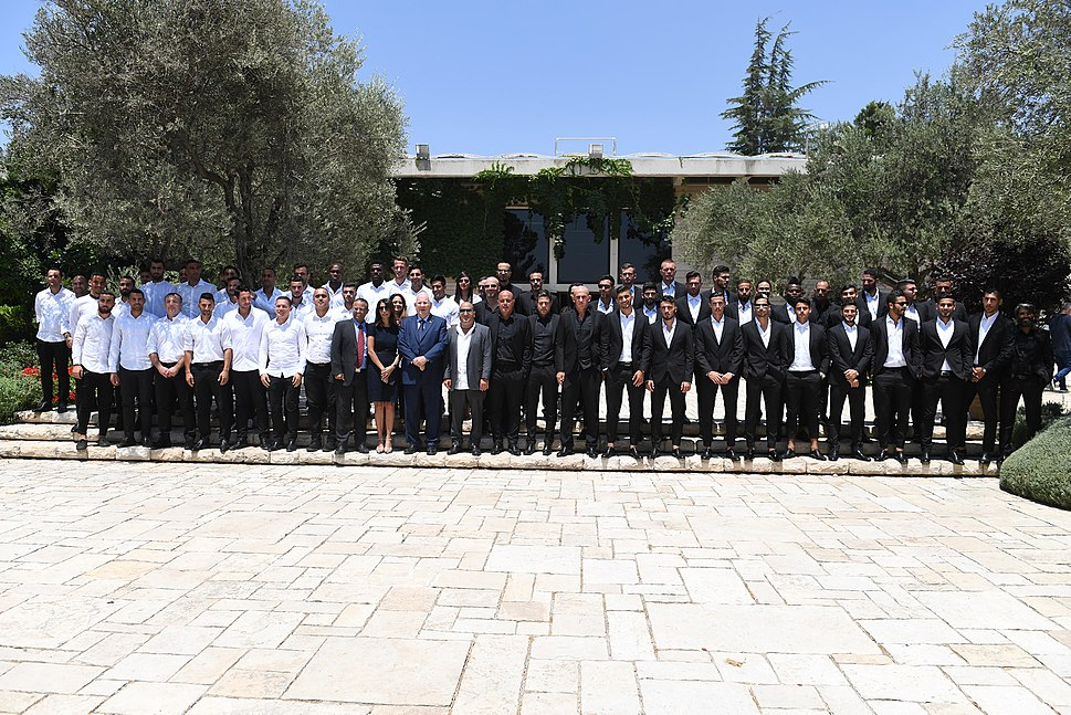 President Reuven Rivlin granting the «Shield of Honor» for the 2016-17 season, August 2017 (5281)