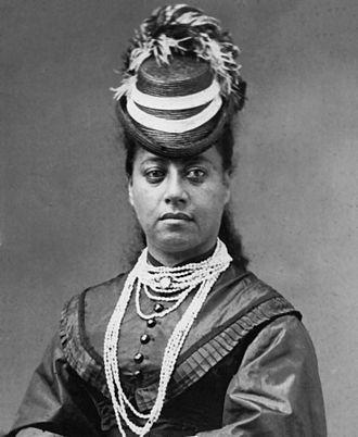 Lei (garland) - Image: Queen Emma wearing lei pupu o Niihau