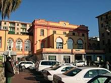 La stazione con la facciata giallo-rosa, prima dei lavori di restauro del 2012-2013