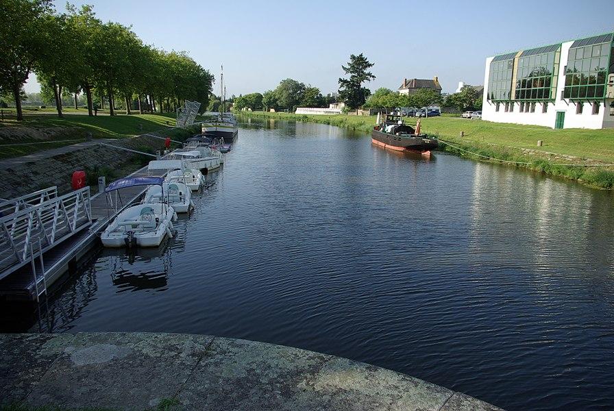 Canal reliant le port à la Vilaine.