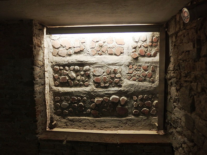 File:Roma, Catacombe di San Sebastiano (7).jpg