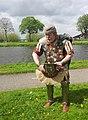 Romeinse officier zet helm op 1 Levende gescheiedenis Corbvlo fotoCThunnissen.jpg