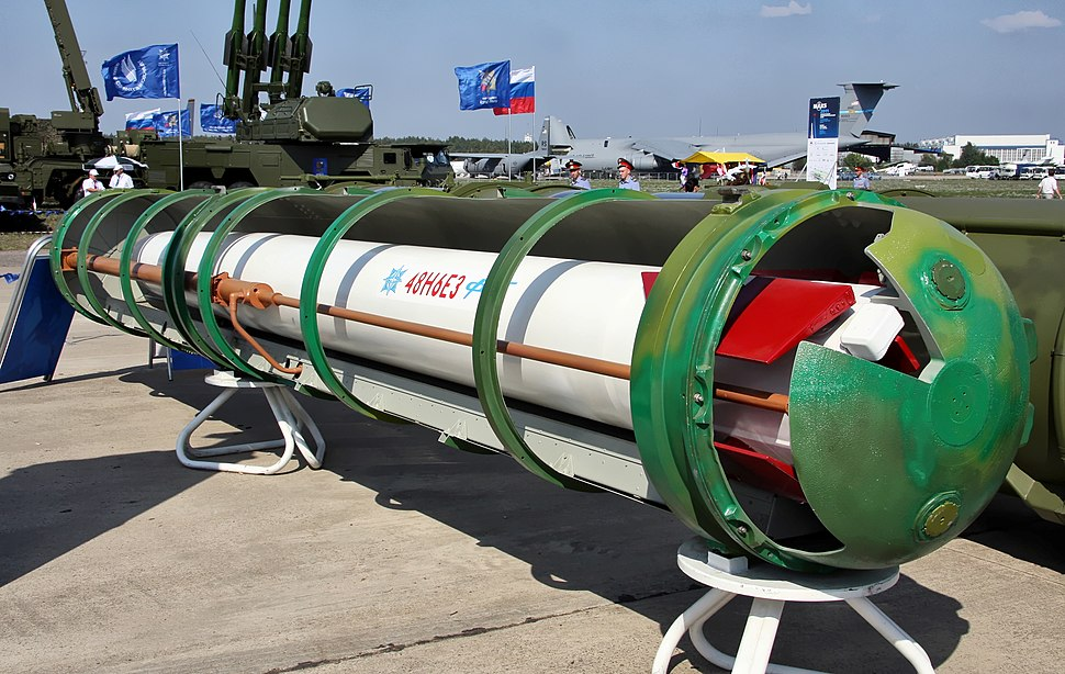 https://upload.wikimedia.org/wikipedia/commons/thumb/3/38/S-400_missile_48N6E3.jpg/970px-S-400_missile_48N6E3.jpg