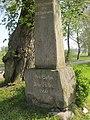 Schossin, Gedenksäule vor dem Gutshaus.jpg