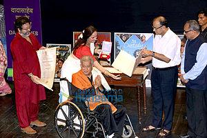 Shashi Kapoor - Shashi Kapoor with son Kunal Kapoor and daughter Sanjana Kapoor receiving Dadasaheb Phalke Award from Union Minister Arun Jaitley in May 2015
