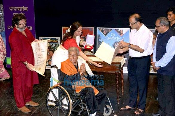 Shashi Kapoor receiving Dadasaheb Falke award from Arun Jaitley