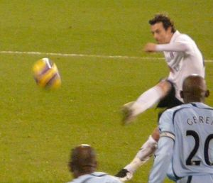 Simon Davies (footballer, born 1979) - Davies taking a free kick for Fulham