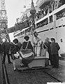 Sint Nicolaas en Zwarte Piet bezoeken het emigrantenschip de Groote Beer, Bestanddeelnr 906-8720.jpg