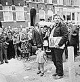 Staatssecretaris Schaefer slaat in Govert Flinckstraat eerste paal voor 20 volks, Bestanddeelnr 926-6879.jpg