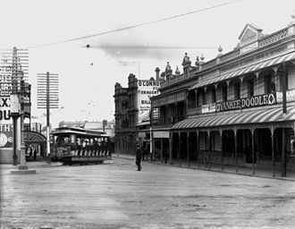 Trams in Brisbane - Nine-bench tram in Stanley Street, Woolloongabba