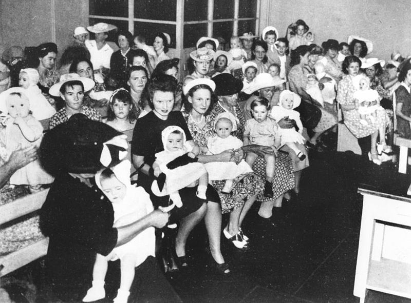 File:StateLibQld 2 163363 Mothers waiting with their small children ready to be vaccinated, Brisbane, 1947.jpg