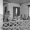 Tandartsbehandeling op de galerij van het Bataljonsbureau in Batavia, Bestanddeelnr 254-5392.jpg