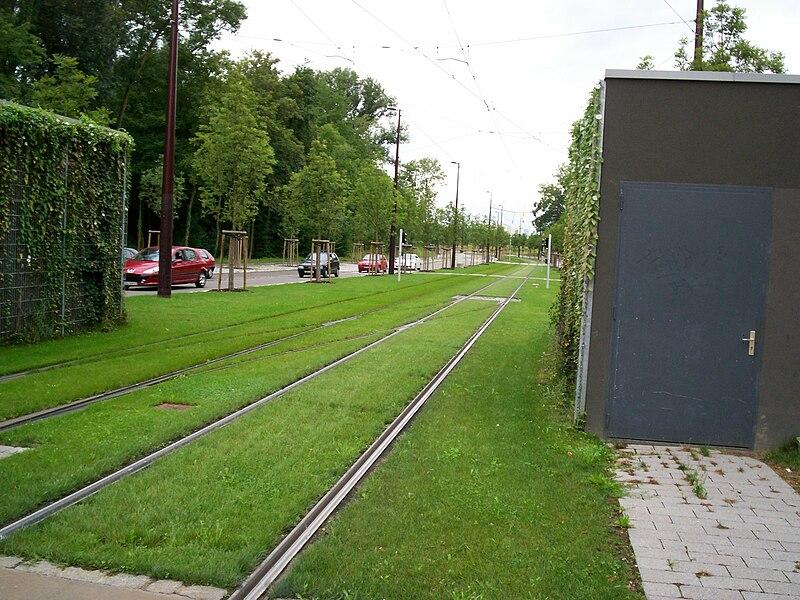Vue des voies engazonnées depuis Ostwald Hôtel de Ville vers Tiergaertel