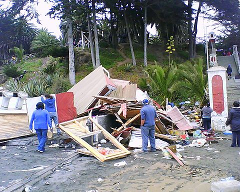 Destroyed kiosks after the tsunami in Pichilemu. Image: Diego Grez.