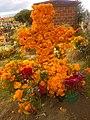 Tumba adornada por día de muertos en panteón municipal de Chiautempan, Tlaxcala.jpg